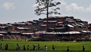 rohingya-refugees-walk-bangladesh-bazar-refugee-camp_1a620e56-a13a-11e7-ba2d-20fa1b34073f